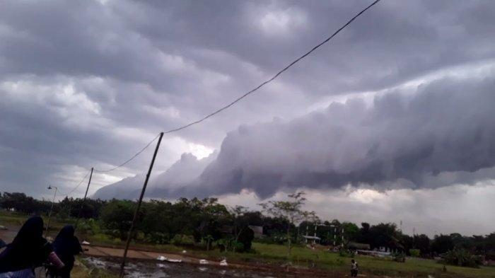 Fenomena awan yang berbentuk mirip gelombang besar air laut di Pekalongan.