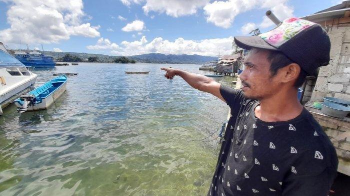 Ferol Tipawael saat menunjukan tambak milikya di Pantai Kampung Kolam, Hative Kecil, Kota Ambon, Kamis (10/6/2021).