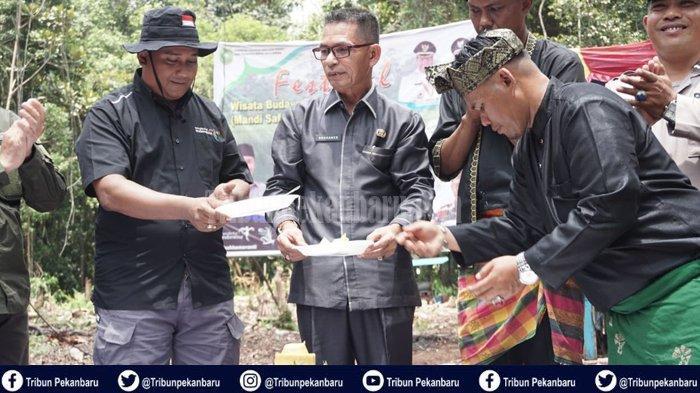 STORY - Mandi Safar di Tasik Nambus Meranti Riau Dipercaya Menyicukan Diri dan Menolak Bala