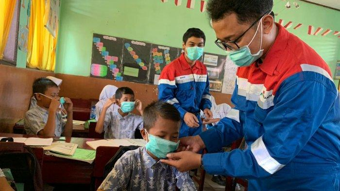 Fokus Bagi ke Sekolah Milenial Pertamina Dumai Kembali Bagikan Masker Kurangi Dampak Asap Karlahut