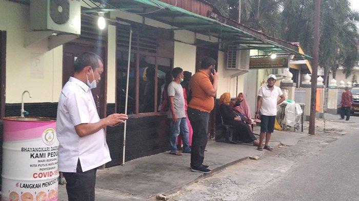 Suasana di luar RS Bhayangkara saat mayat wanita hamil tengah diatopsi di Instalasi Forensik RS Bhayangkara Pekanbaru