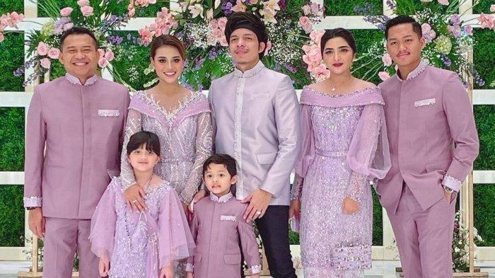 Foto Atta Halilintar -Aurel bersama keluarga mereka seperti yang diposting Ashanty