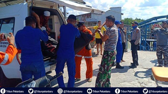 FOTO-FOTO Pencarian dan Penemuan Korban Kapal TKI Ilegal Karam di Perairan Riau - foto-foto-pencarian-dan-penemuan-korban-kapal-tki-ilegal-karam-di-perairan-riau-2.jpg