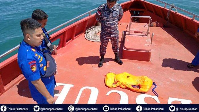 FOTO-FOTO Pencarian dan Penemuan Korban Kapal TKI Ilegal Karam di Perairan Riau - foto-foto-pencarian-dan-penemuan-korban-kapal-tki-ilegal-karam-di-perairan-riau-3.jpg