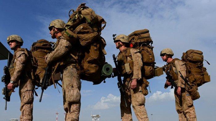 Foto ini diambil pada 27 Oktober 2014, Marinir AS naik pesawat angkut C-130J Super Hercules menuju ke Kandahar.