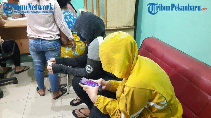 Prostitusi Berkedok Panti Pijat di Pekanbaru, 11 Tante-tante dan Wanita Muda Diduga PSK Diamankan
