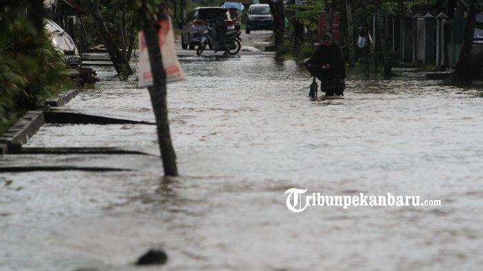 FOTO: Warga Lewati Genangan Banjir di Jalan Harapan Rumbai Pesisir - foto-warga-lewati-genangan-banjir-di-jalan-harapan-rumbai-pesisir-2.jpg