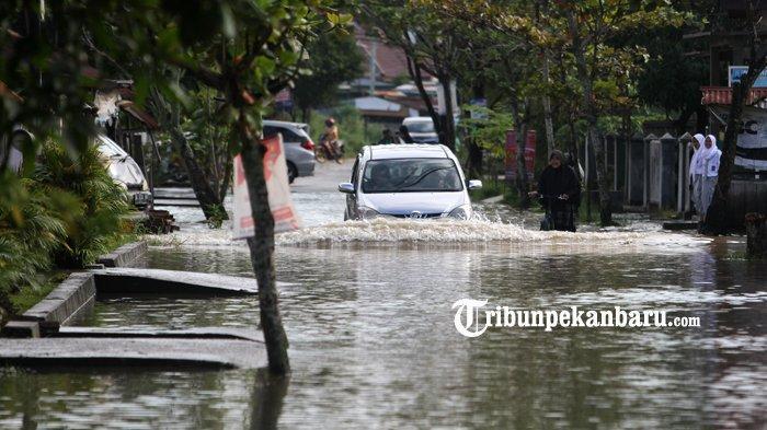 FOTO: Warga Lewati Genangan Banjir di Jalan Harapan Rumbai Pesisir - foto-warga-lewati-genangan-banjir-di-jalan-harapan-rumbai-pesisir-3.jpg