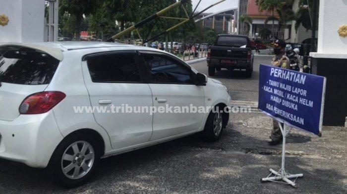FOTO: Akses Masuk ke Kantor Gubernur Riau Diperketat - foto_akses_masuk_ke_kantor_gubernur_riau_diperketat_1.jpg