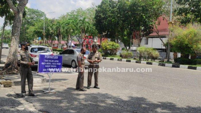 FOTO: Akses Masuk ke Kantor Gubernur Riau Diperketat - foto_akses_masuk_ke_kantor_gubernur_riau_diperketat_2.jpg