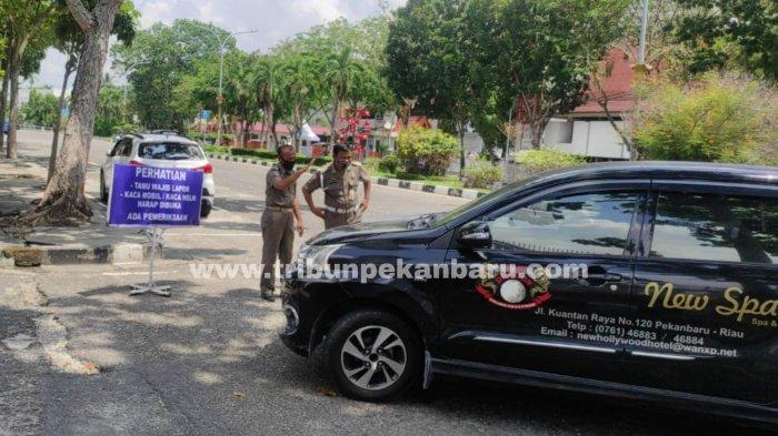 FOTO: Akses Masuk ke Kantor Gubernur Riau Diperketat - foto_akses_masuk_ke_kantor_gubernur_riau_diperketat_3.jpg