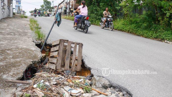 FOTO: Aliran Drainase di Jalan Srikandi Pekanbaru Amblas - foto_aliran_drainase_di_jalan_srikandi_pekanbaru_amblas_1.jpg