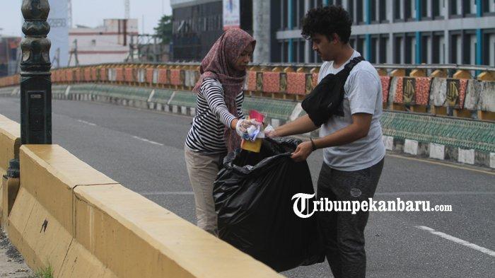 FOTO: Anak Twitter Pekanbaru Kumpulkan Sampah di Flyover - foto_anak_twitter_pekanbaru_kumpulkan_sampah_di_flyover_1.jpg