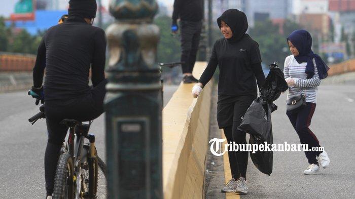 FOTO: Anak Twitter Pekanbaru Kumpulkan Sampah di Flyover - foto_anak_twitter_pekanbaru_kumpulkan_sampah_di_flyover_2.jpg
