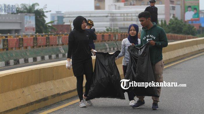 FOTO: Anak Twitter Pekanbaru Kumpulkan Sampah di Flyover - foto_anak_twitter_pekanbaru_kumpulkan_sampah_di_flyover_3.jpg