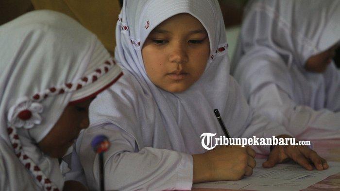 FOTO: Anak WNA di Pekanbaru Berstatus Pengungsi Ikuti Ujian di SDN - foto_anak_wna_di_pekanbaru_berstatus_pengungsi_ikuti_ujian_di_sdn_2.jpg