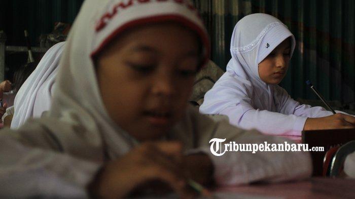 FOTO: Anak WNA di Pekanbaru Berstatus Pengungsi Ikuti Ujian di SDN - foto_anak_wna_di_pekanbaru_berstatus_pengungsi_ikuti_ujian_di_sdn_3.jpg