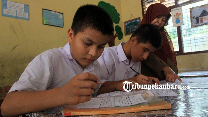 FOTO: Anak WNA di Pekanbaru Berstatus Pengungsi Ikuti Ujian di SDN - foto_anak_wna_di_pekanbaru_berstatus_pengungsi_ikuti_ujian_di_sdn_5.jpg