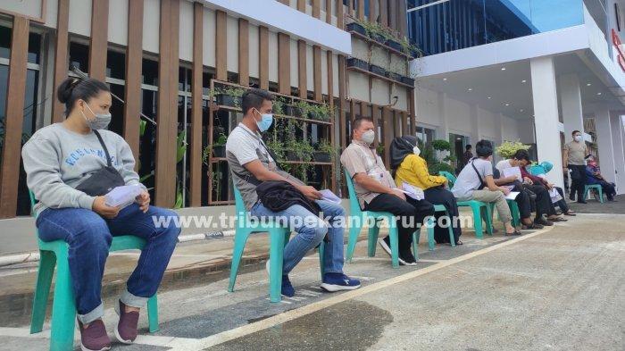 FOTO: Antre Vaksinasi Covid-19 di Vaksin Center RS Bhayangkara Polda Riau - foto_antre_vaksinasi_covid-19_di_vaksin_center_1.jpg