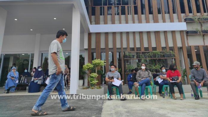 FOTO: Antre Vaksinasi Covid-19 di Vaksin Center RS Bhayangkara Polda Riau - foto_antre_vaksinasi_covid-19_di_vaksin_center_2.jpg
