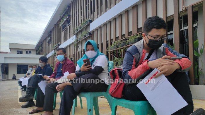 FOTO: Antre Vaksinasi Covid-19 di Vaksin Center RS Bhayangkara Polda Riau - foto_antre_vaksinasi_covid-19_di_vaksin_center_3.jpg