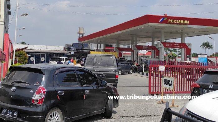 FOTO: Antrean Kendaraan di SPBU di Pekanbaru - foto_antrean_kendaraan_di_spbu_di_pekanbaru_1.jpg