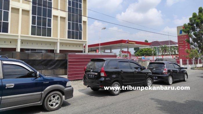 FOTO: Antrean Kendaraan di SPBU di Pekanbaru - foto_antrean_kendaraan_di_spbu_di_pekanbaru_2.jpg