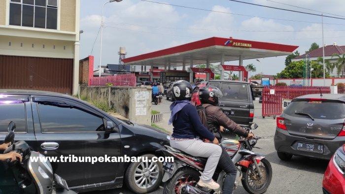 FOTO: Antrean Kendaraan di SPBU di Pekanbaru - foto_antrean_kendaraan_di_spbu_di_pekanbaru_3.jpg