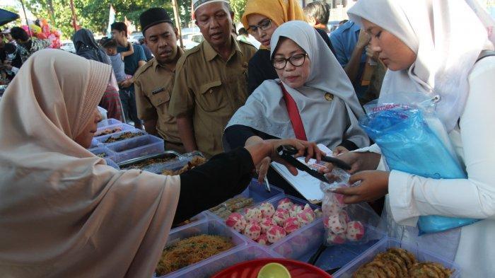 FOTO: BBPOM Pekanbaru Ambil Sampel Makanan di Pasar Ramadhan - foto_bbpom_pekanbaru_ambil_sampel_makanan_di_pasar_ramadhan_4.jpg
