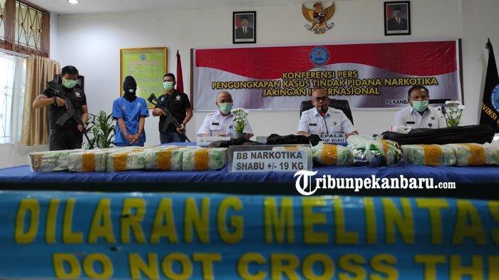 FOTO: BNNP Riau Tangkap Kurir Narkoba yang Membawa 19 Kg Sabu dan 10 Ribu Butir Ekstasi - foto_bnnp_riau_tangkap_kurir_narkoba_yang_membawa_19_kg_sabu_dan_10_ribu_butir_ekstasi_1.jpg