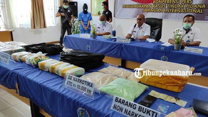 FOTO: BNNP Riau Tangkap Kurir Narkoba yang Membawa 19 Kg Sabu dan 10 Ribu Butir Ekstasi - foto_bnnp_riau_tangkap_kurir_narkoba_yang_membawa_19_kg_sabu_dan_10_ribu_butir_ekstasi_2.jpg