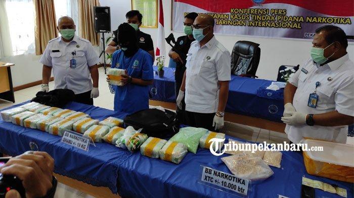 FOTO: BNNP Riau Tangkap Kurir Narkoba yang Membawa 19 Kg Sabu dan 10 Ribu Butir Ekstasi - foto_bnnp_riau_tangkap_kurir_narkoba_yang_membawa_19_kg_sabu_dan_10_ribu_butir_ekstasi_3.jpg