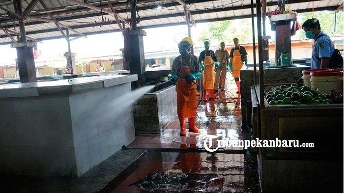 FOTO: Cegah Penyebaran Virus Corona, Penyemprotan Disinfektan di Pasar Rumbai Pekanbaru - foto_cegah_penyebaran_virus_corona_penyemprotan_disinfektan_di_pasar_rumbai_pekanbaru_1.jpg