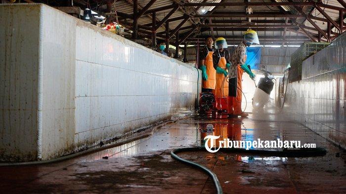 FOTO: Cegah Penyebaran Virus Corona, Penyemprotan Disinfektan di Pasar Rumbai Pekanbaru - foto_cegah_penyebaran_virus_corona_penyemprotan_disinfektan_di_pasar_rumbai_pekanbaru_2.jpg