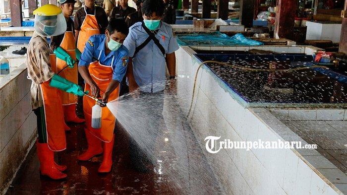 FOTO: Cegah Penyebaran Virus Corona, Penyemprotan Disinfektan di Pasar Rumbai Pekanbaru - foto_cegah_penyebaran_virus_corona_penyemprotan_disinfektan_di_pasar_rumbai_pekanbaru_4.jpg