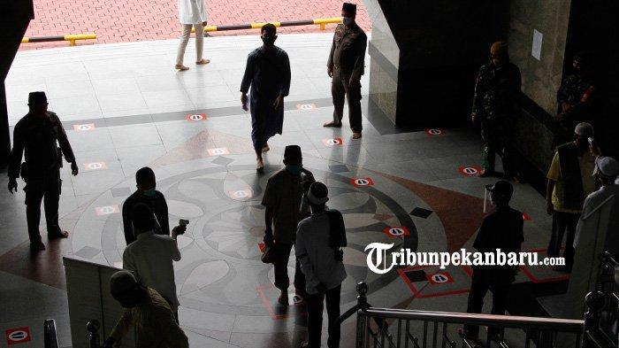 FOTO: Cek Suhu Tubuh Sebelum Laksanakan Salat Jumat di Masjid Raya An Nur - foto_cek_suhu_tubuh_sebelum_laksanakan_sholat_jumat_di_masjid_raya_an_nur_2.jpg