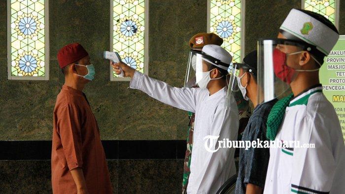 FOTO: Cek Suhu Tubuh Sebelum Laksanakan Salat Jumat di Masjid Raya An Nur - foto_cek_suhu_tubuh_sebelum_laksanakan_sholat_jumat_di_masjid_raya_an_nur_4.jpg