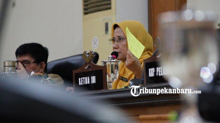 Kepala Dinas Kesehatan Provinsi Riau, Mimi Yuliani Nazir saat memberikan keterangan kepada wartawan saat konfrensi pers mengenai antispasi kesiapsiagaan Provinsi Riau dalam pencegahan dan penyebaran kasus corona virus, Selasa (3/3/2020). (www.tribunpekanbaru.com/Doddy Vladimir)