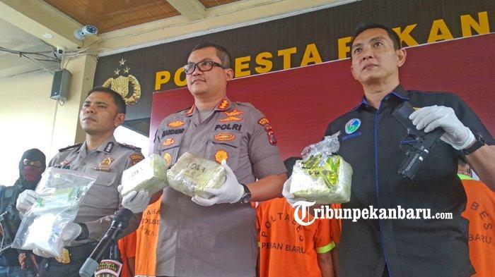 FOTO: Dua Kurir Narkoba Asal Aceh Berhasil Diringkus Polresta Pekanbaru di Riau - foto_dua_kurir_narkoba_asal_aceh_berhasil_diringkus_polresta_pekanbaru_1.jpg