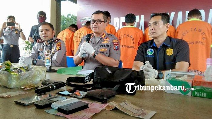 FOTO: Dua Kurir Narkoba Asal Aceh Berhasil Diringkus Polresta Pekanbaru di Riau - foto_dua_kurir_narkoba_asal_aceh_berhasil_diringkus_polresta_pekanbaru_3.jpg