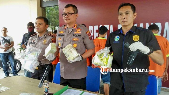 FOTO: Dua Kurir Narkoba Asal Aceh Berhasil Diringkus Polresta Pekanbaru di Riau - foto_dua_kurir_narkoba_asal_aceh_berhasil_diringkus_polresta_pekanbaru_4.jpg