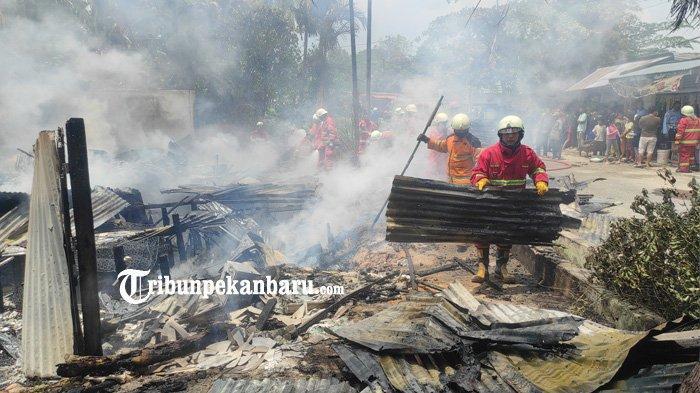 Tiga Unit Ruko di Bilangan Rajakecik Siak Terbakar, Regu Damkar Sempat Mendobrak dan Terobos Api