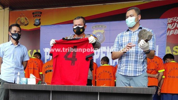 FOTO: Ekspos Tersangka Penyerangan Mobil Bea Cukai di Pekanbaru - foto_ekspos_tersangka_penyerangan_mobil_bea_cukai_di_pekanbaru_1jpg.jpg