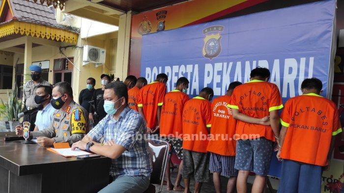 FOTO: Ekspos Tersangka Penyerangan Mobil Bea Cukai di Pekanbaru - foto_ekspos_tersangka_penyerangan_mobil_bea_cukai_di_pekanbaru_2jpg.jpg