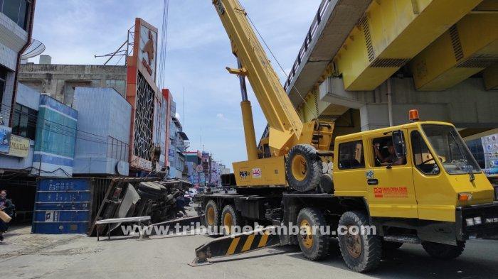 Sebuah Truk Angkut Keramik Terbalik di Jalan Jenderal Sudirman Pekanbaru