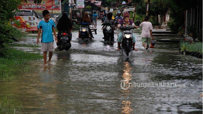 FOTO: Genangan Air di Jalan Perwira Pekanbaru - foto_genangan_air_di_jalan_perwira_pekanbaru-1jpg.jpg