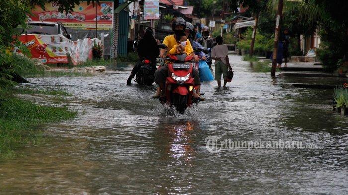 FOTO: Genangan Air di Jalan Perwira Pekanbaru - foto_genangan_air_di_jalan_perwira_pekanbaru-2jpg.jpg