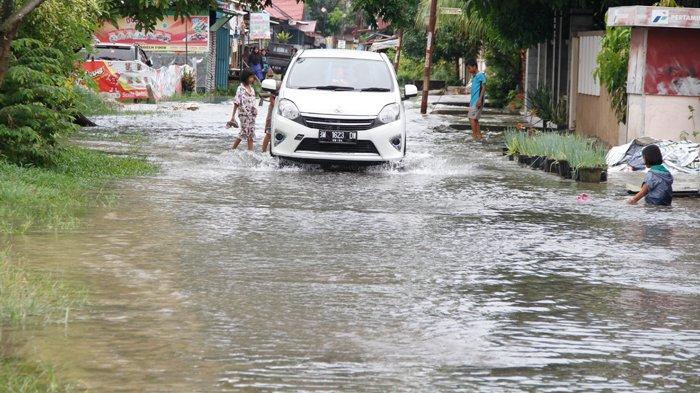 FOTO: Genangan Air di Jalan Perwira Pekanbaru - foto_genangan_air_di_jalan_perwira_pekanbaru-3jpg.jpg
