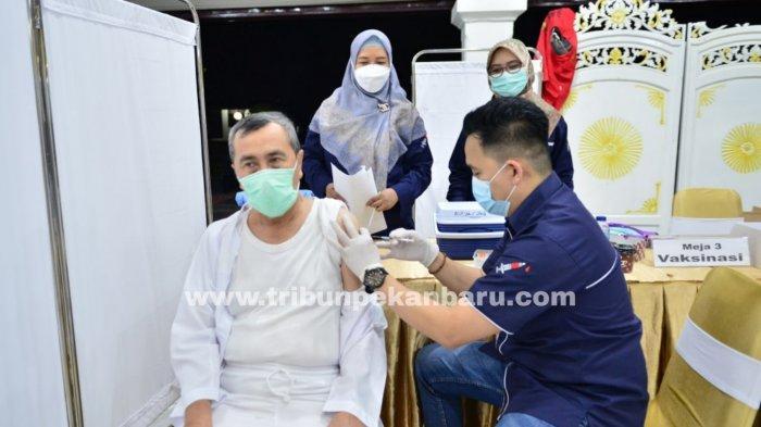 FOTO: Gubernur Riau Syamsuar dan Istri Jalani Penyuntikan Vaksin Tahap ke II - foto_gubernur_riau_syamsuar_dan_istri_jalani_penyuntikan_vaksin_tahap_ke_ii_2.jpg