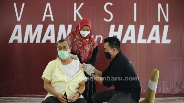 Gubernur Riau Syamsuar melakukan vaksinasi dalam rangka untuk menjaga imunitas agar tidak mudah tertular Covid-19 di Balai Pelangi, Kamis (1/4/2021). (www.tribunpekanbaru.com/Doddy Vladimir)